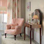 Утонченное кресло в коралловом цвете