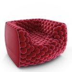 Уютное необычное кресло, оформленное в малиновом цвете