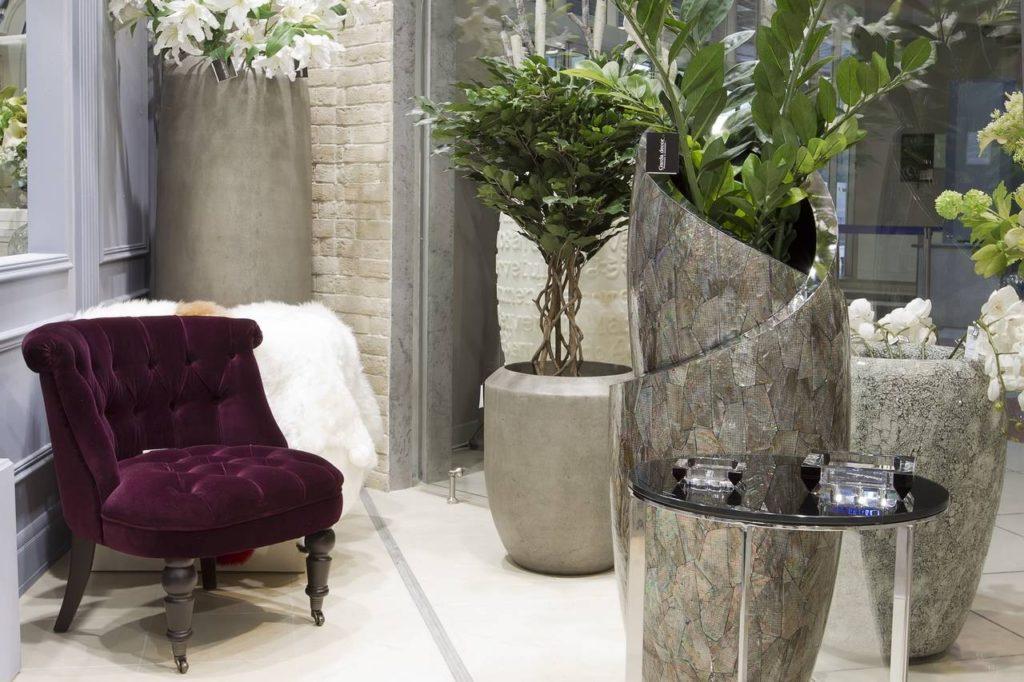 Велюровое кресло в интерьере дома