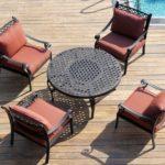 Яркие мягкие кресла из алюминия