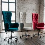 Яркие велюровые кресла для дома