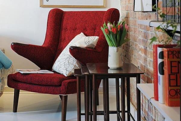 Яркое акцентное красное кресло