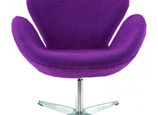 Яркое кресло фиолетового цвета