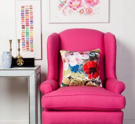 Яркое кресло малинового кресла