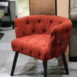 Яркое кресло на основе велюра