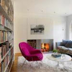 Яркое кресло в интерьере малинового цвета