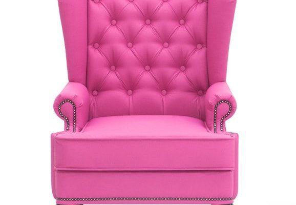 Яркое кресло в розовом цвете