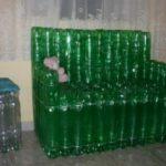 Яркое зеленое кресло, созданное из бутылок