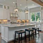 Большая кухня в загородном доме: оформление интерьера